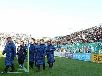 プレーオフ届かずも、包まれた拍手。松本山雅が熱烈に愛される理由。<Number Web> photograph by NIKKAN SPORTS