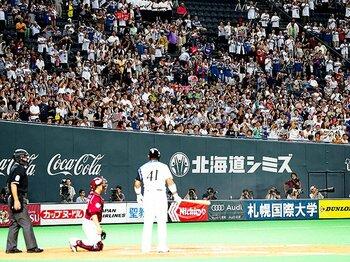 稲葉篤紀が球場に起こす、ある現象。野球ファンに、記者に愛された男。<Number Web> photograph by NIKKAN SPORTS