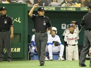 プロ野球のビデオ判定スタート。審判の権威が崩れ始めている!<Number Web> photograph by NIKKAN SPORTS