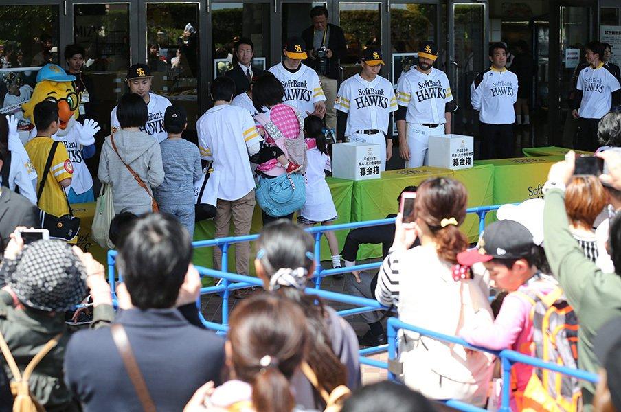 「九州に根ざした」球団として。ホークスと選手たちの震災支援。<Number Web> photograph by NIKKAN SPORTS
