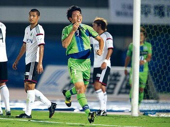 J1昇格を決めた湘南で、21歳遠藤航が見せる可能性。~リオ世代、飛躍の象徴となれ~<Number Web> photograph by J.LEAGUE PHOTOS