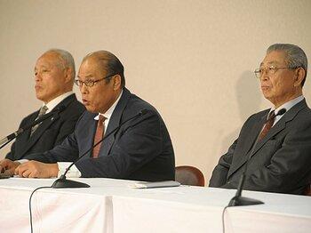 放駒理事長(写真中)は「相撲の歴史に最大の汚点を残す結果だ」と春場所開催を中止した
