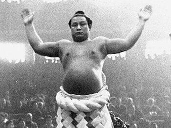 土俵入りする第35代横綱の双葉山。引退後は時津風を襲名、日本相撲協会理事長も務めた