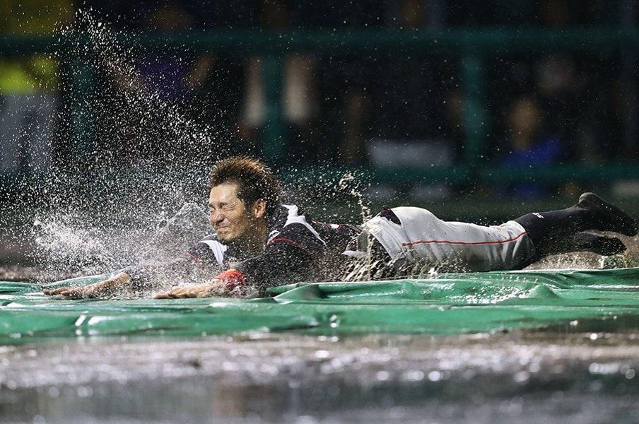 ロッテ伊志嶺翔大は、輝きは失わず。最後は笑顔のヘッドスライディング。<Number Web> photograph by Kyodo News