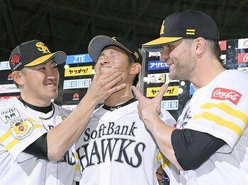 熊本支援と外国人投手初の名球会を。SBサファテ、日本と九州への恩返し。<Number Web> photograph by Kyodo News