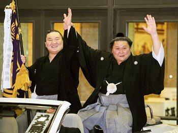 白鵬(左)と共にファンの声援に応える旭天鵬。1992年に来日した初のモンゴル出身力士の一人。