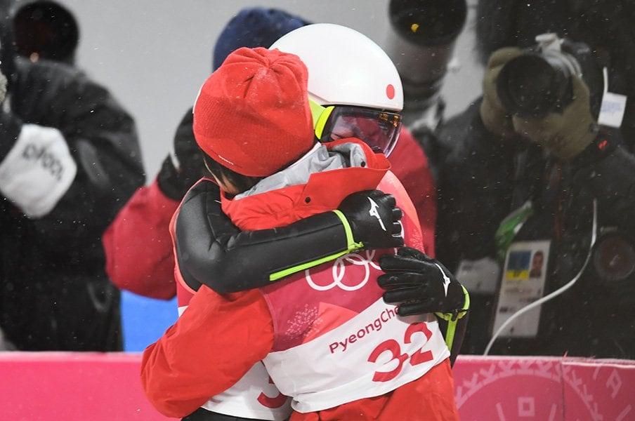 高梨沙羅を抱きしめた伊藤有希。12歳の頃から変わらない、心遣い。<Number Web> photograph by Asami Enomoto/JMPA