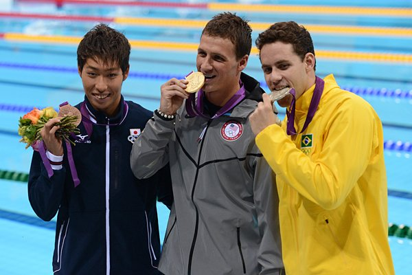 荻野は銅メダルを手に、ロクテらと喜ぶ。~ロンドン五輪2012~
