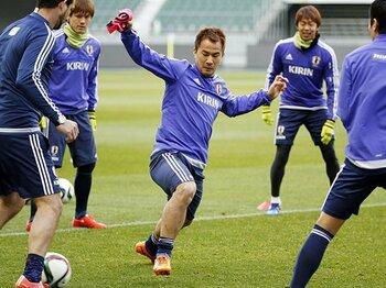 「試合は出たい。ベンチにもいたい」岡崎慎司が代表で買って出た二役目。<Number Web> photograph by Kyodo News