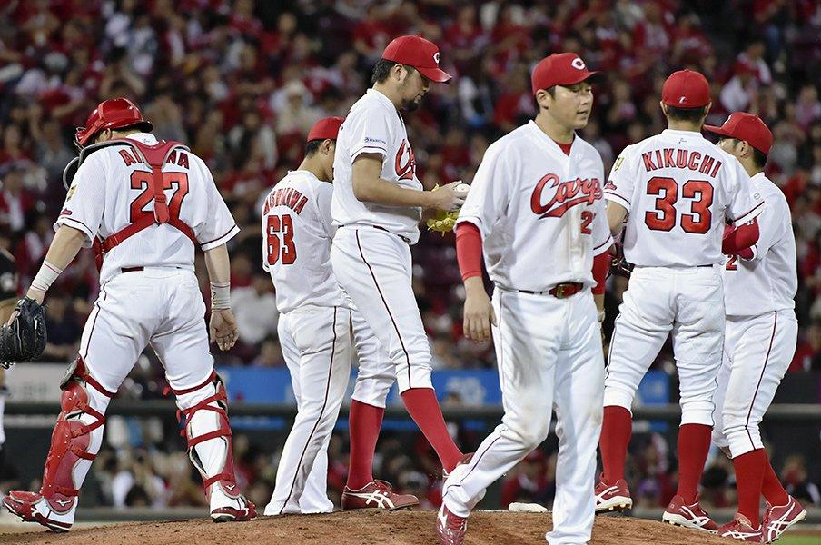 なぜ広島は野手と投手に溝がないか。「黒田さんの教えがあるんだと」<Number Web> photograph by Kyodo News