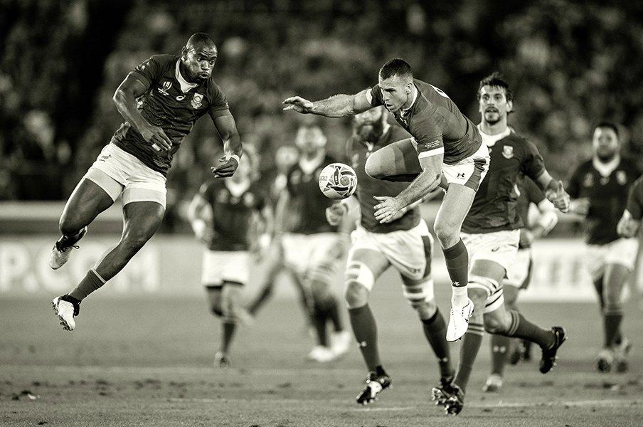 跳躍マピンピ、ハカを見るファレル。モノクロームで味わう楕円球の世界。<Number Web> photograph by David Ramos / World Rugby via Getty Images