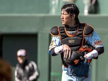 世代交代とは球団の顔が変わること。小林誠司と中村奨吾、2つの戦い。<Number Web> photograph by Takuya Sugiyama