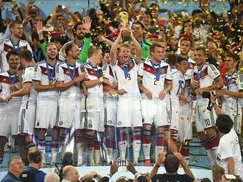 """スペイン式ポゼッションのさらに先へ。""""未来のサッカー""""でドイツがW杯制す。<Number Web> photograph by Getty Images"""