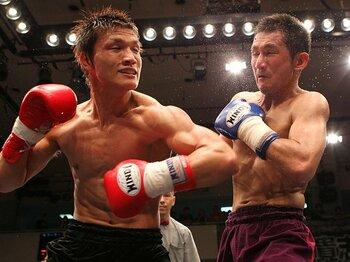 """羅紗陀vs.山本、一瞬のヒジ打ちに見た""""メジャー""""では無いキックの価値観。<Number Web> photograph by Susumu Nagao"""