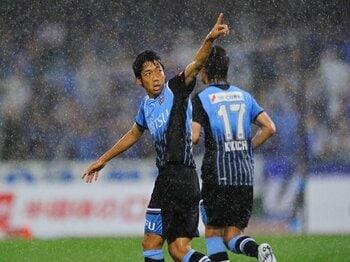 """低迷するJリーグの人気向上のため、ピッチの""""社長""""にも更なる投資を!<Number Web> photograph by Masahiro Ura"""