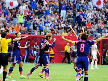 なでしこ、オランダの猛攻を凌ぎ8強。連覇に光明がさした、先制点の形。<Number Web> photograph by AFLO