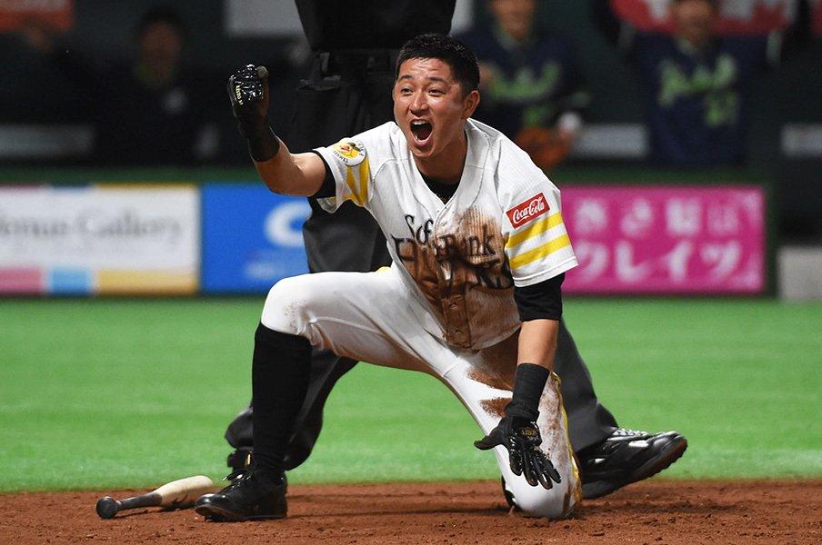 バカになれるから愛される「KZさん」。SB川島慶三、負傷をも笑い飛ばして。<Number Web> photograph by NIKKAN SPORTS