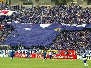 「サッカー代表に熱心なサポーターがいなかった…」日本代表のゴール裏でよく見る超巨大ユニフォーム(100kg)はこうして誕生した