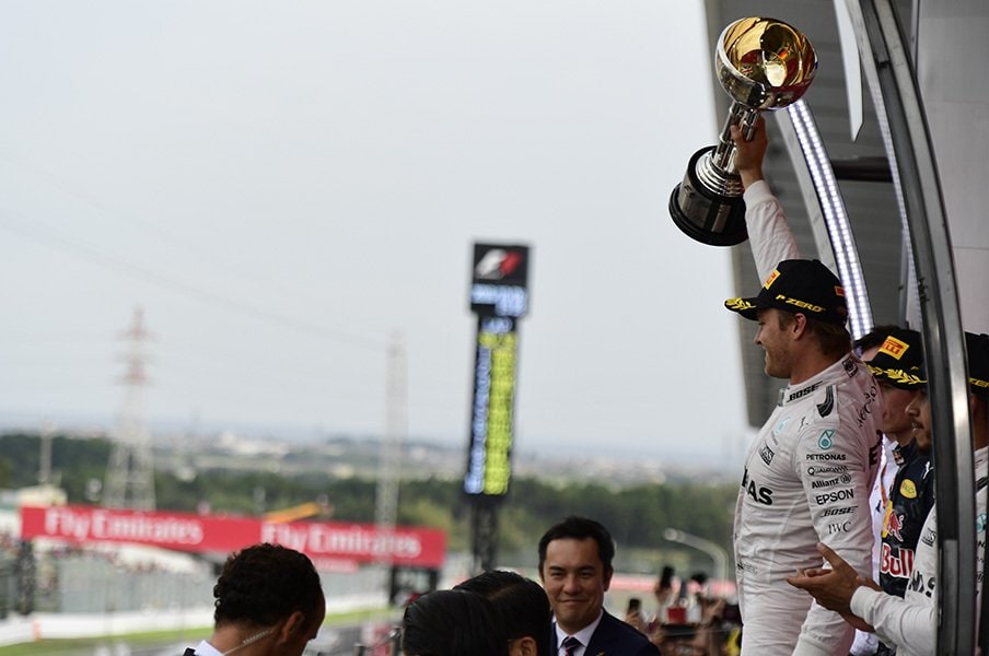 表彰台でファンに向かって派手にアピールするロズベルグ。「この伝説のレースコース(鈴鹿)での優勝は最高だね!」とコメントした。