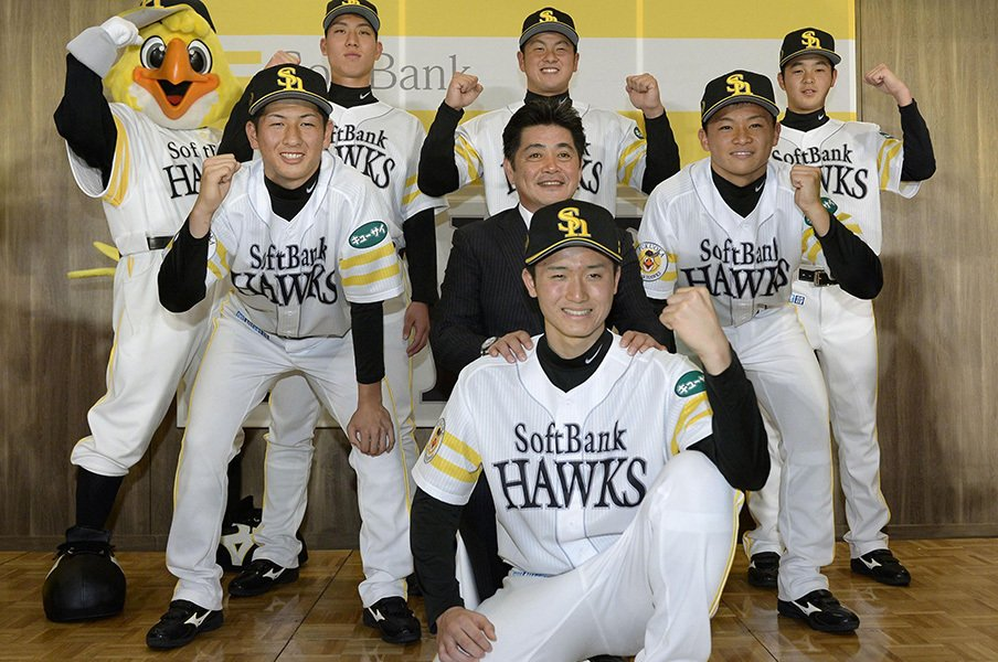 ソフトバンクの野手専念組としては、今宮健太が近年の成功例。茶谷健太(後列右から3番目)も後に続けるか。
