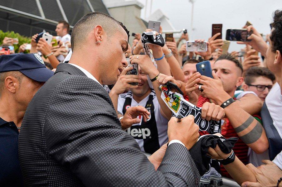 イタリア全土がロナウドフィーバー。彼はなぜ、ユベントスを選んだのか。<Number Web> photograph by Getty Images