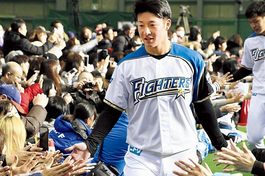 生まれながらのピッチャー、吉田輝星は1年目から勝負する。~1月は投手の生まれ月、という都合のよさ~<Number Web> photograph by KYODO
