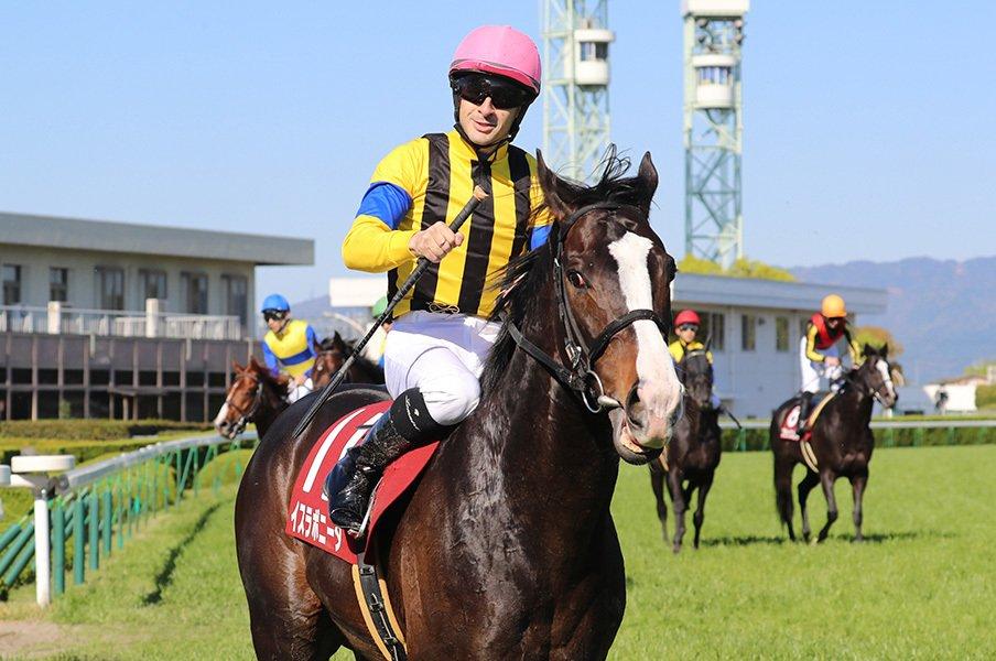 ルメールは馬の気持ちに騎乗する。安田記念で、4週連続のGI勝利へ。<Number Web> photograph by Yuji Takahashi