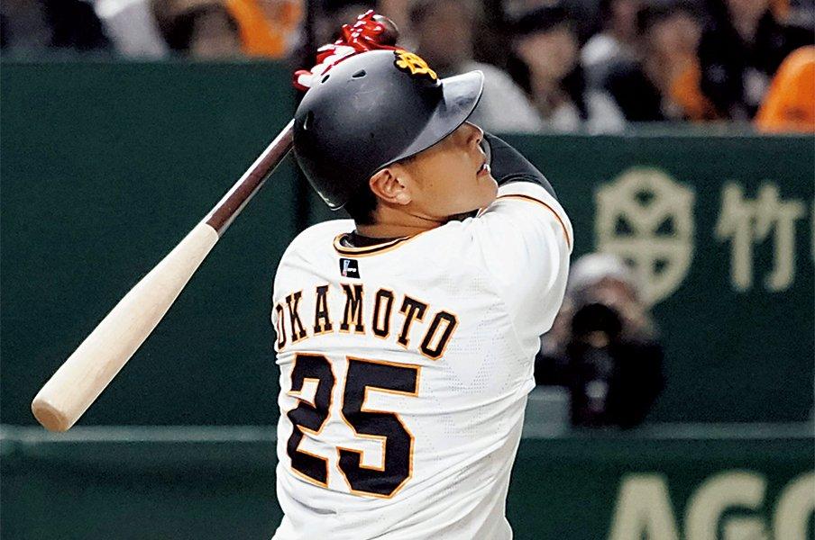 成長を続ける岡本和真に、原監督が説く「4番の心得」。~こんなに分厚い右打者がいただろうか~<Number Web> photograph by KYODO