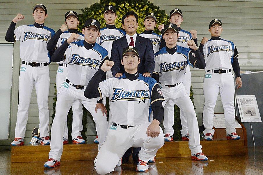 日本ハム広報が見届けた戦力外通告。力強い握手、笑顔、涙する選手も。<Number Web> photograph by Kyodo News