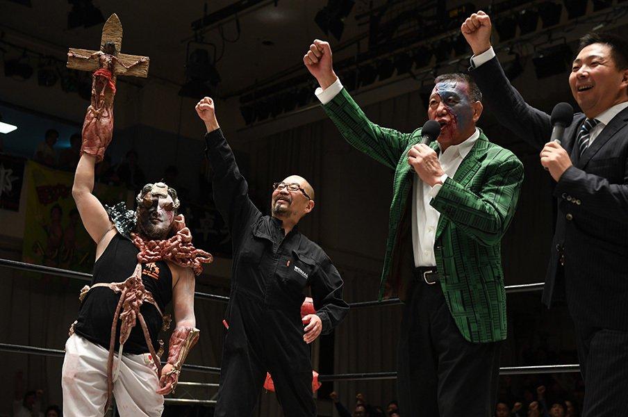 左から、沼澤邪鬼、西村喜廣監督、グレート小鹿会長、登坂栄児社長。