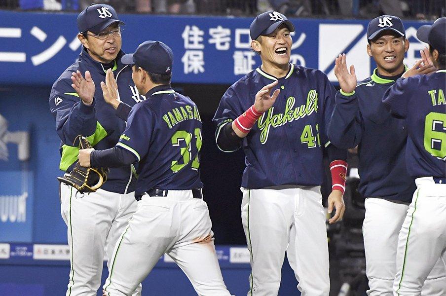 ヤクルト小川淳司監督とは何者か。コーチ陣と選手に伝播する「執念」。<Number Web> photograph by Kyodo News
