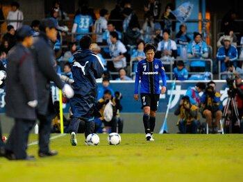 ガンバの遠藤と、日本代表の遠藤。不動のボランチが抱く悲壮な覚悟。<Number Web> photograph by Toshiya Kondo