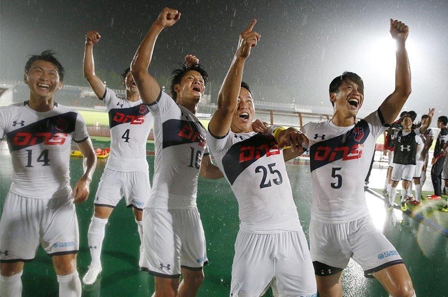 デカくて強い選手が速く走れたら。いわきFCはサッカーの常識を壊すか。<Number Web> photograph by Kyodo News