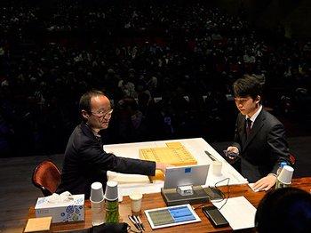 藤井聡太の天才性を渡辺明が評した。「羽生さんに近いところを感じる」<Number Web> photograph by Takashi Shimizu