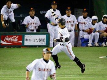 6月9日の西武戦、9回にサヨナラ打を放ち、派手なガッツポーズで、一塁へと向かう村田。