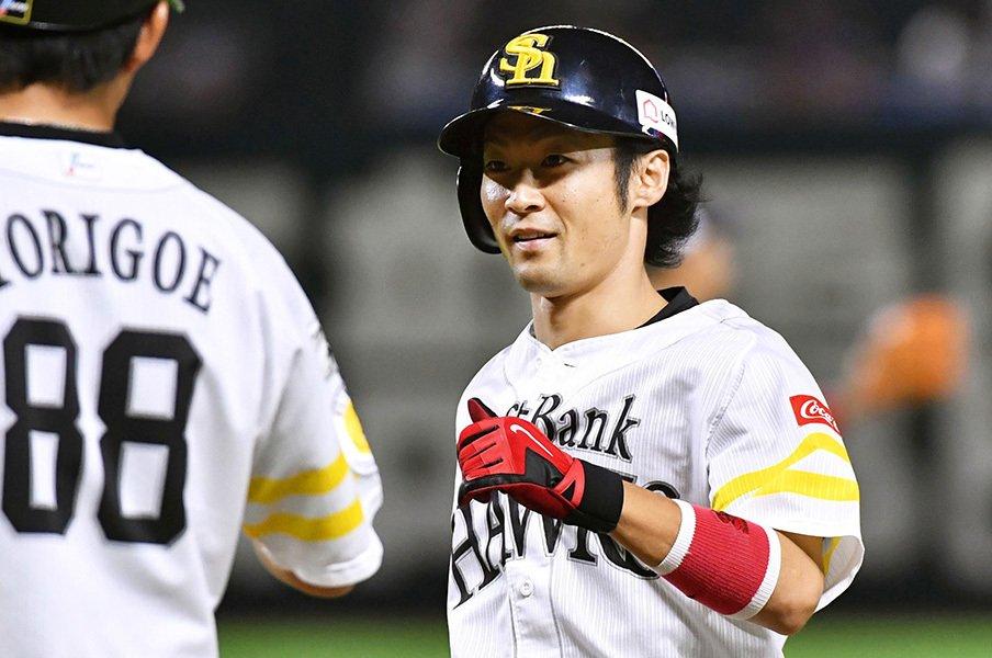 日本一直後にビールかけよりサプリ。ホークス明石健志は天才型名脇役。<Number Web> photograph by Kyodo News