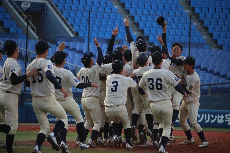 優勝の瞬間、マウンドに駆け寄る桐蔭横浜大ナイン ©︎Yu Takagi / photograph by
