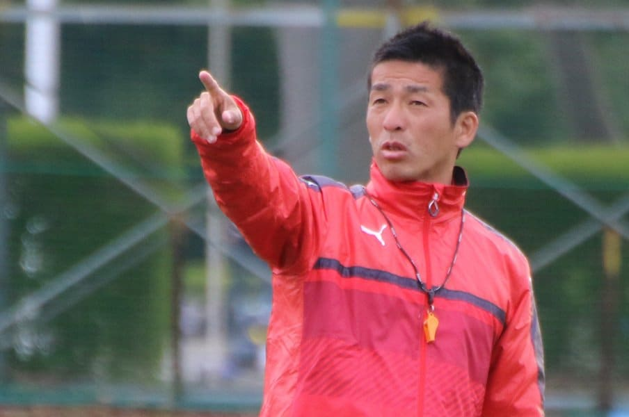 筑波大学蹴球部監督の小井土はまだ39歳。51歳の長谷川とは一回り以上の年齢差があるが、同じサッカー指導者として対峙している。