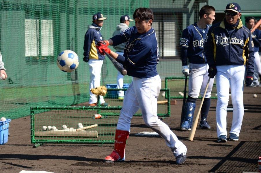 サッカーボールでトスバッティングをする小田裕也。ルーキーイヤーの昨季は後半に一軍定着。31試合に出場し打率.326。更なる技術研究に余念がない。