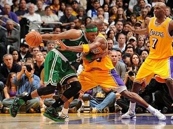 敵愾心と敬意が交錯する、好敵手同士の熱き戦い。~NBA伝統の対決が復活した夜~<Number Web> photograph by NBAE/Getty Images