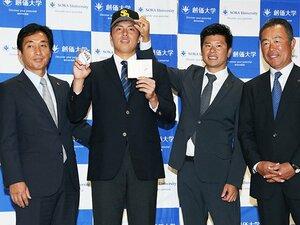 田中正義を送り出す創価大・岸監督。「割と軽く考えてピッチャーにした」