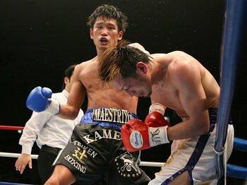 '05年11月のプロデビュー後、無敗のまま日本王座を奪取した亀海(左)は札幌市出身の27歳