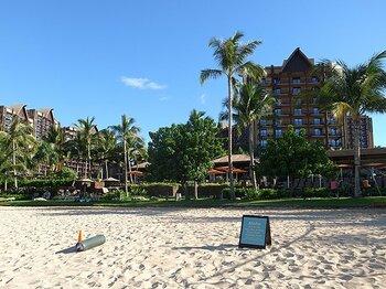 カヌー、サーフィン、そしてホテル。ハワイはスポーツと文化がいっぱい!<Number Web> photograph by Reiko Kimizuka