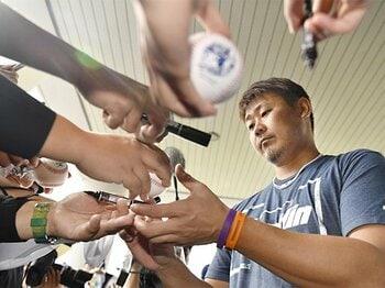 プロ野球ファンサービスの実態と、ある選手がカープ少年だった頃。<Number Web> photograph by Kyodo News